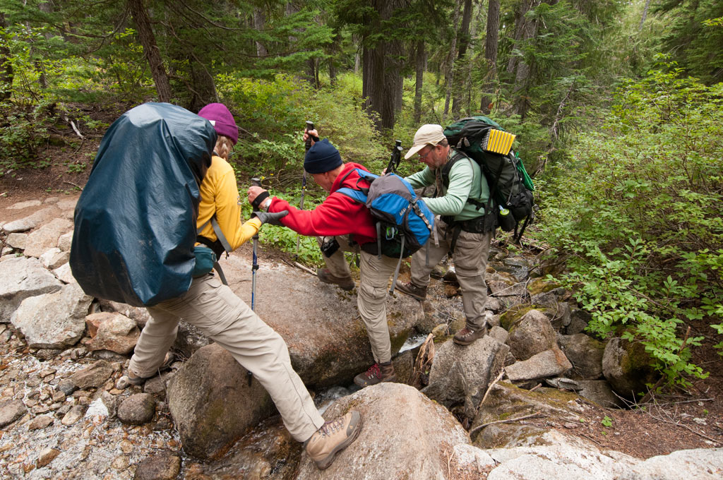 hikers-helping-hikers